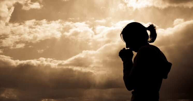 Mit súg Isten az anyák fülébe?